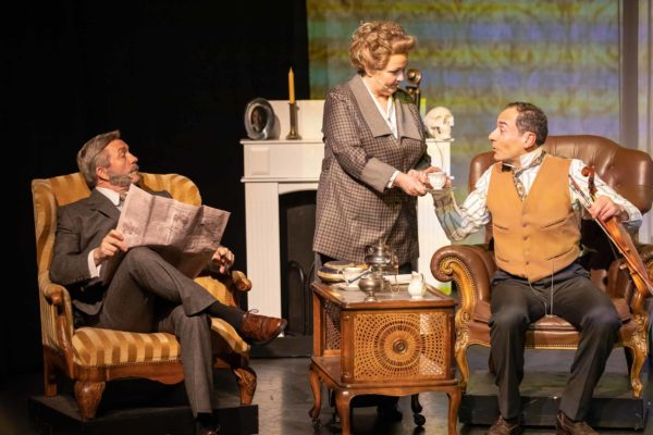 Dr. Watson (Frank Logemann, Miss Hudson (Iris Schumacher) + Sherlock Holmes (Ethan Freeman) © Mirco Wallat