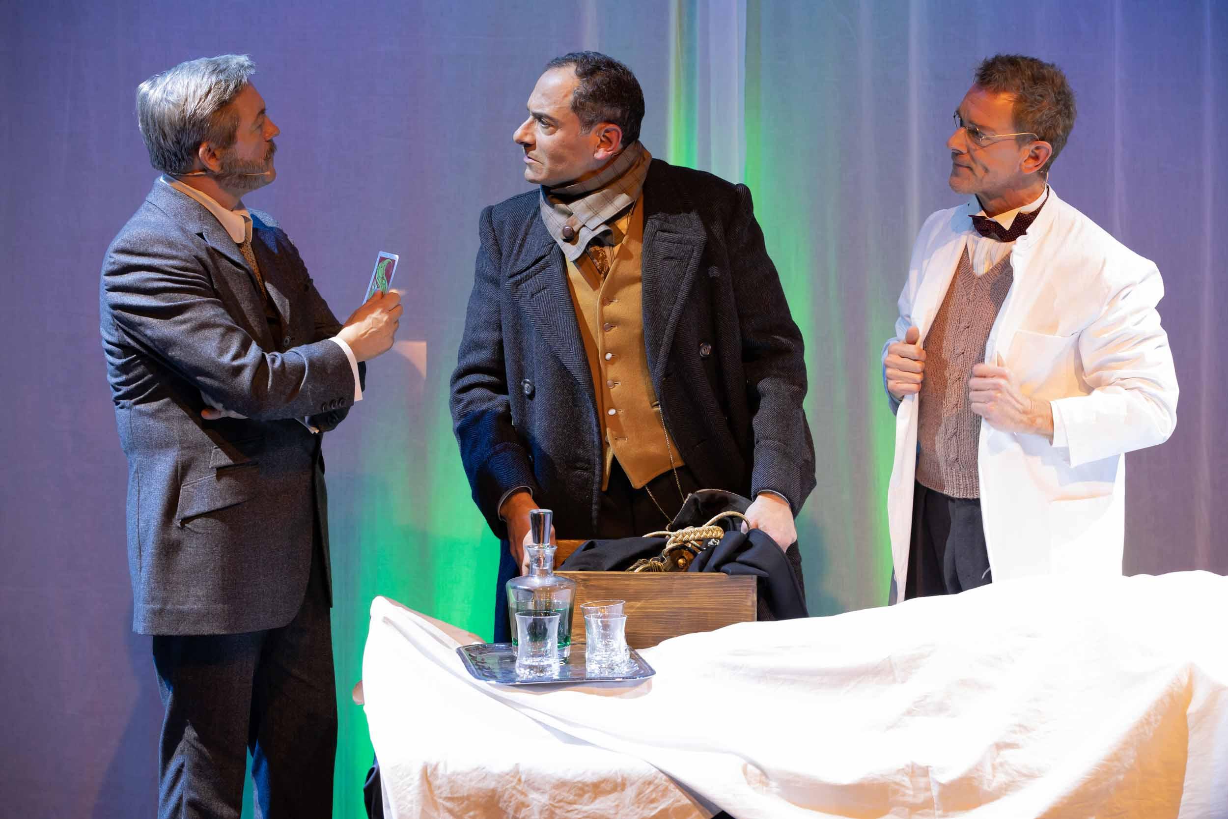 Dr. Watson (Frank Logemann), Sherlock Holmes (Ethan Freeman) + Dr. Sawbones (Olaf Meyer) © Mirco Wallat