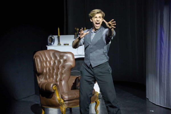 Merlin Fargel als John © Mirco Wallat