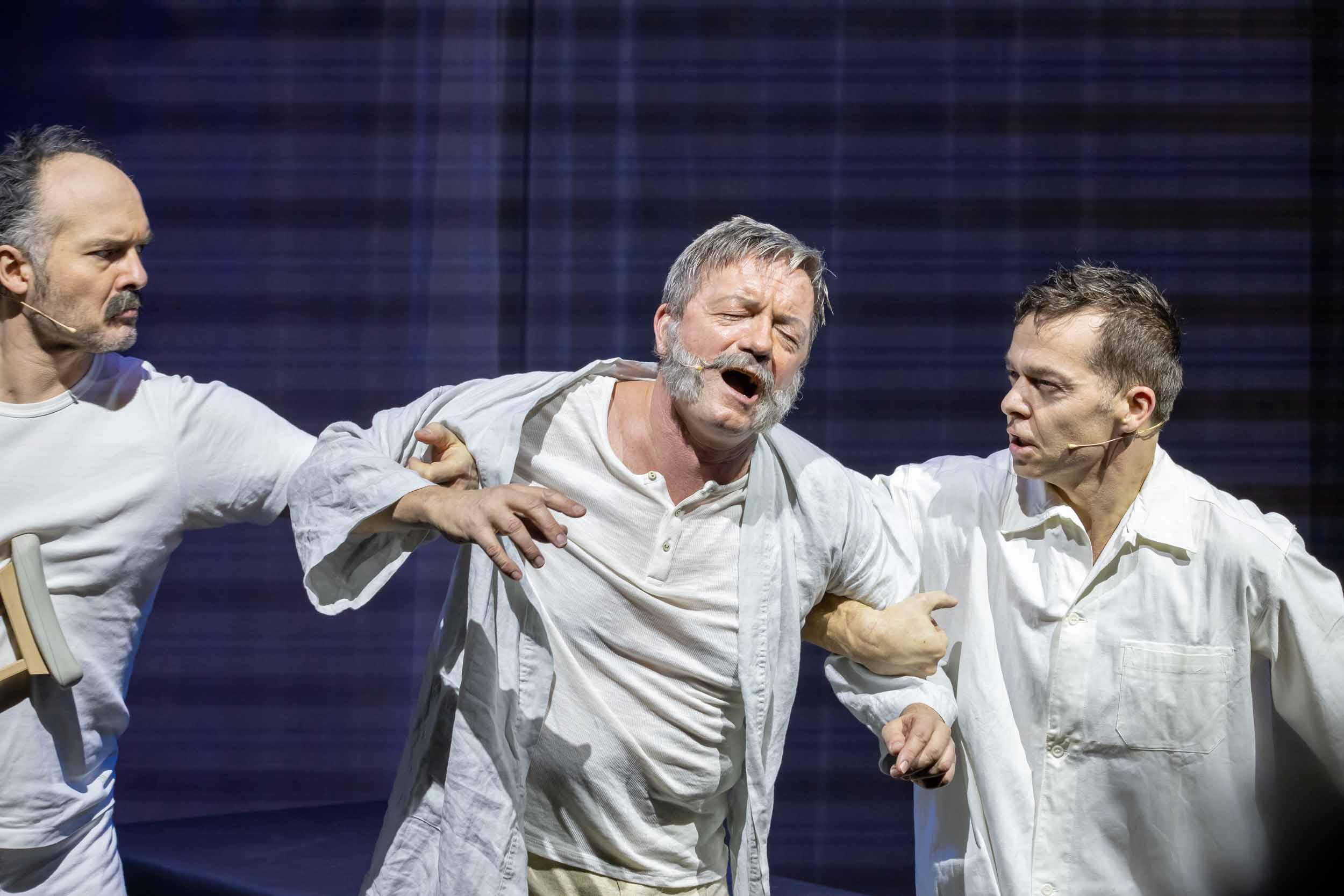 v.l.n.r. Marco Heinrich (Ensemble), Frank Logemann (Dr. EWatson) + Michael Clauder (Ensemble, Fight Choreograf) © Mirco Wallat