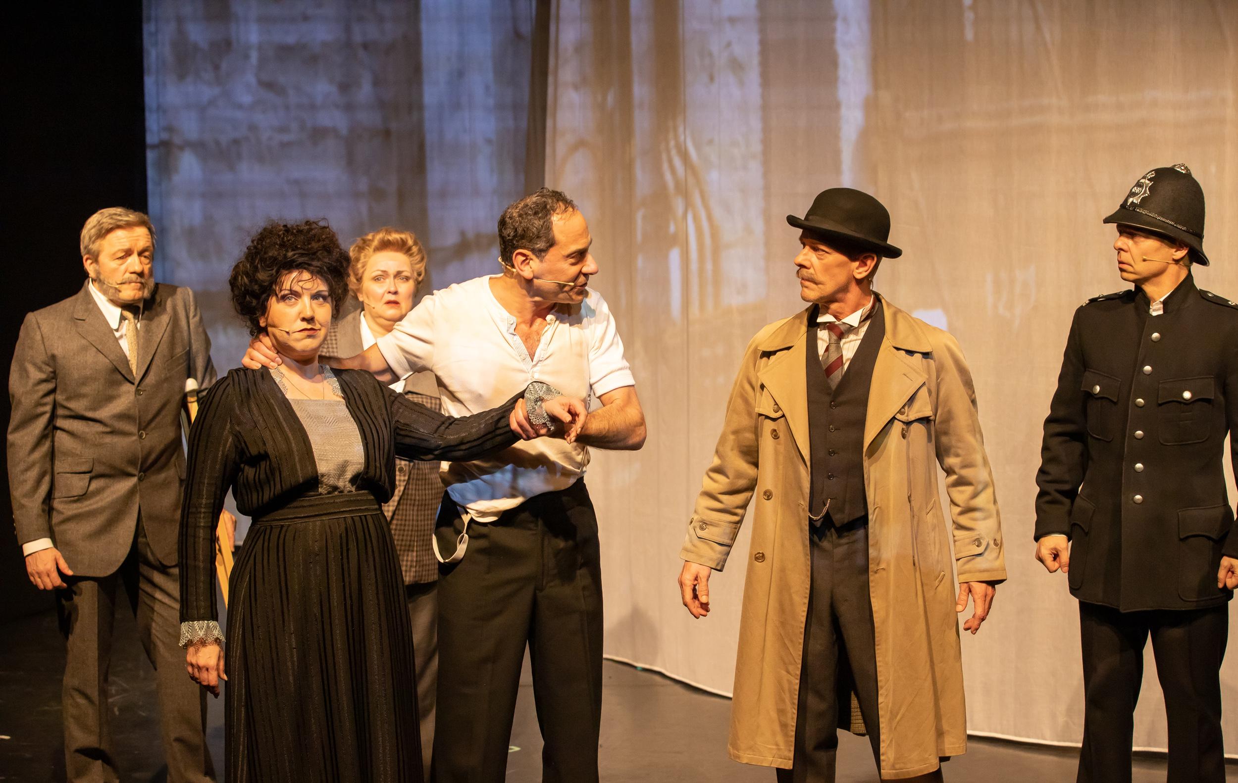 v.l.n.r. Watson (F. Logemann), Mrs. Mason (S. Tschöppe), Miss Hudson (I. Schumacher), Sherlock Holmes (E. Freeman), Inspector Lestrade (O. Meyer) + O'Neil (M. Clauder) © Mirco Wallat